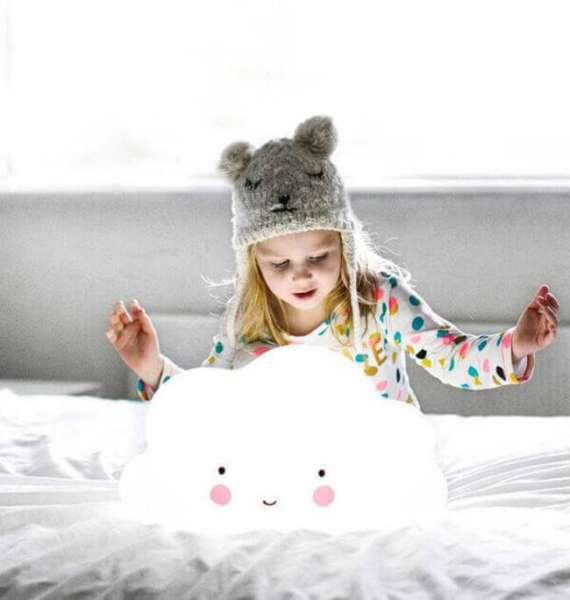 Mädchen auf dem Bett spiel mit grosse Wolken Leuchte