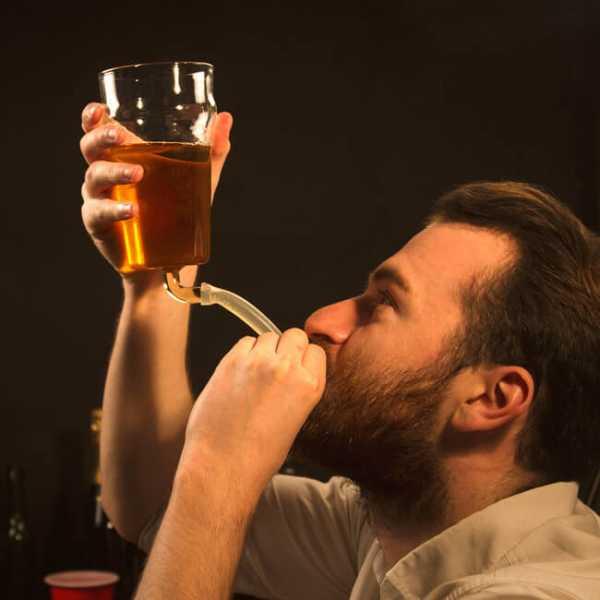Bierbecher mit Schlauch - damit kannst du eine private Trinkwette veranstalten