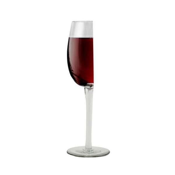Halbes Weinglas mit Inhalt