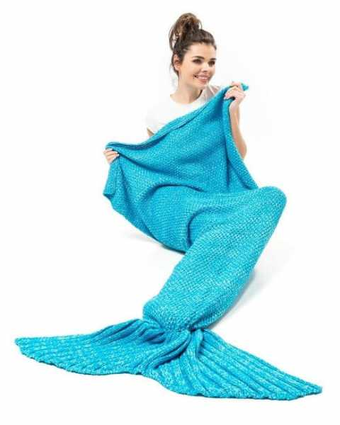 Decke Meerjungfrau in Meeresblau und grosse Flossen