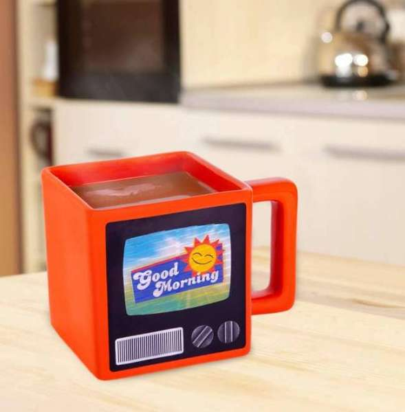 Retro Tasse Motiv TV in Rot auf dem Tisch
