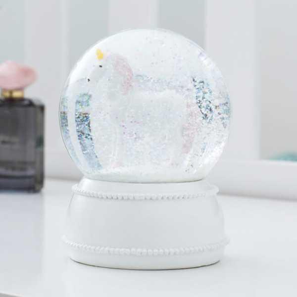 Leuchtende Einhorn-Schneekugel in einer gläsernen Kuppel umschlossen
