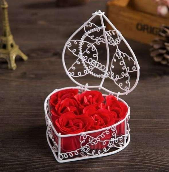Rosenseife Blüten in einem Metallkorb