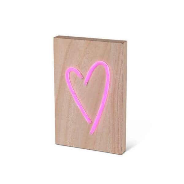 LED Leuchte Herzform auf einem Holzblock