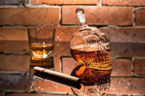 Flasche Totenkopf mit Whiskey Glas und Zigarre