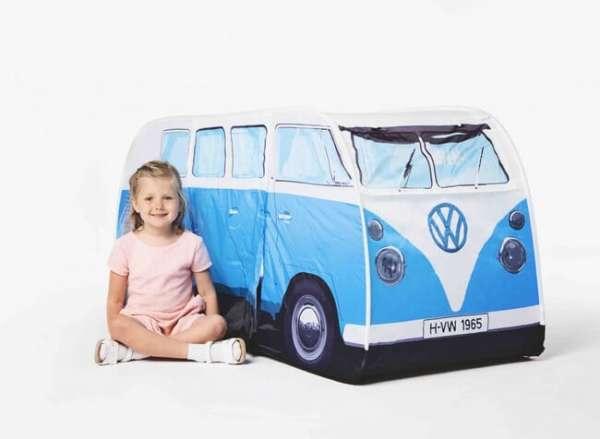 Mädchen beim VW Bus Zelt in blau