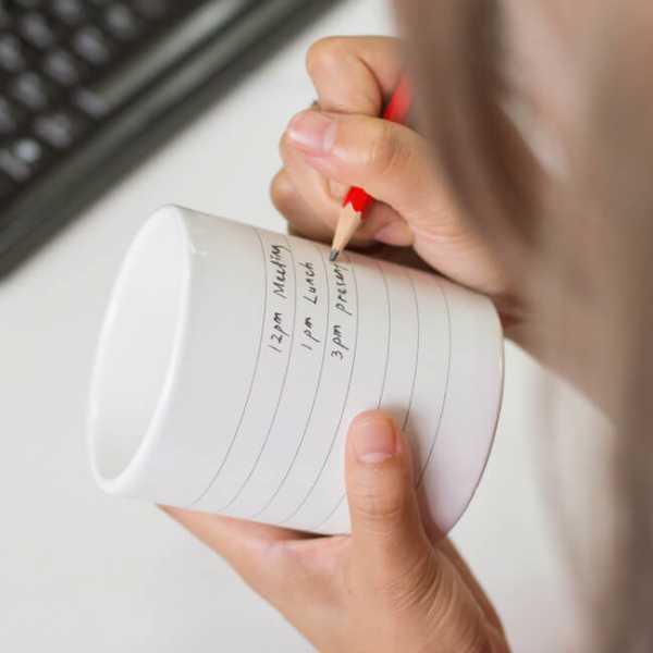 Tasse Notepad Mug wird beschriftet