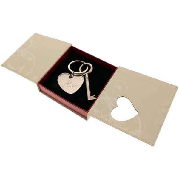 Personalisierbarer Herzanhänger mit Schlüssel in einer offener Geschenkbox