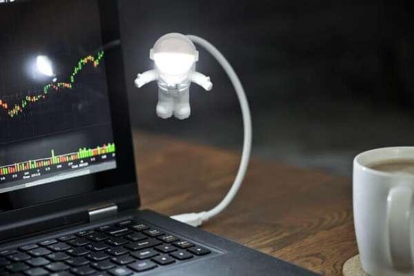 USB Licht Astronaut am Notebook am leuchten
