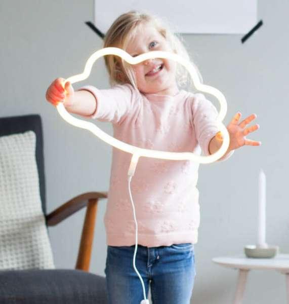 Mädchen hält Neonlicht in den Händen