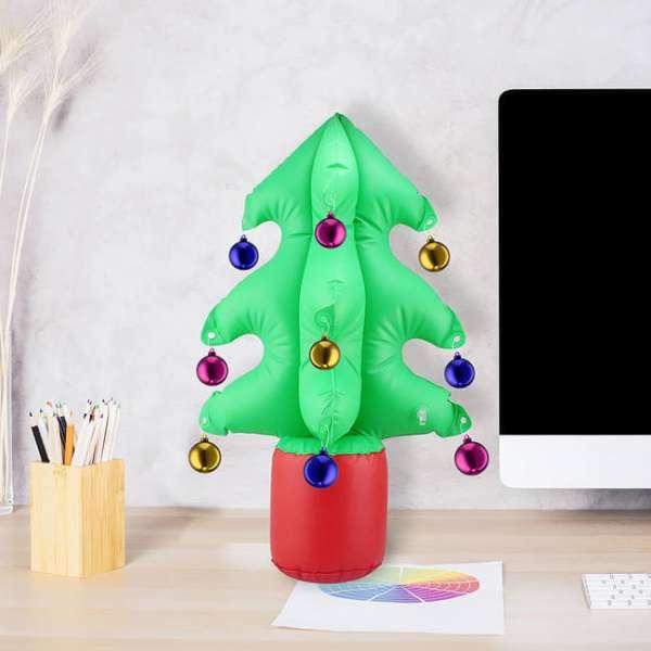Aufblasbarer Weihnachtsbaum auf dem Pult