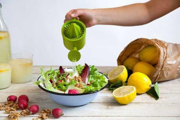 Zitruspresse Lemoniere Hellgrün begiesst Salat